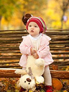 Bilder Teddybär Kleine Mädchen Mütze Starren Kinder