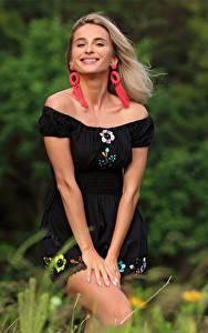 Fotos Cara Mell Blond Mädchen Gras Kleid Lächeln Starren junge frau