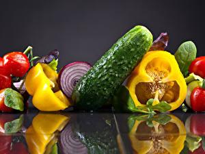 Fotos Gemüse Tomate Gurke Peperone Grauer Hintergrund Spiegelung Spiegelbild Lebensmittel