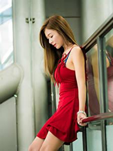 Bilder Asiaten Unscharfer Hintergrund Kleid Rot Braune Haare Schöne junge frau