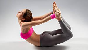 Fotos Fitness Grauer Hintergrund Braunhaarige Trainieren Hand Mädchens Sport