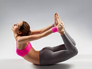 Fotos Fitness Grauer Hintergrund Braune Haare Körperliche Aktivität Hand Mädchens Sport