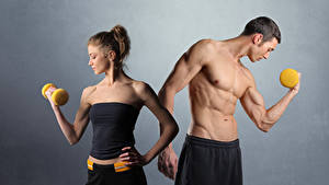 Hintergrundbilder Fitness Mann Grauer Hintergrund 2 Muskeln Hantel Sport