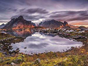 Bilder Norwegen Lofoten Gebäude Gebirge Morgendämmerung und Sonnenuntergang Bucht Reine Städte