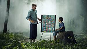 Fotos Asiatische Mann Baumstumpf Gras 2 Sitzend Kinder