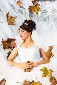 Fotos Herbst Blattwerk Brautpaar Hochzeit Kleid Braune Haare Mädchens