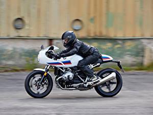 Bilder BMW - Motorrad Motorradfahrer Fährt Seitlich Helm 2016-19 R nineT Racer Motorrad