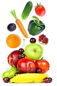 Fotos Gurke Tomate Mohrrübe Paprika Orange Frucht Äpfel Kirsche Pfirsiche Pflaume Granatapfel Weißer hintergrund