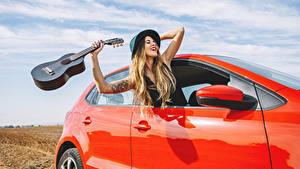 Bilder Blondine Gitarre Der Hut Glücklich Hand Mädchens