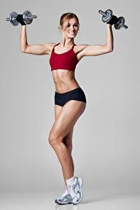 Desktop hintergrundbilder Fitness Posiert Bein Bauch Hanteln Lächeln Sport Mädchens