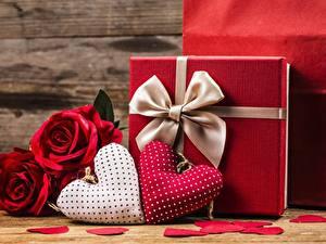 Papel de Parede Desktop Dia dos Namorados Presentes Coração Laço