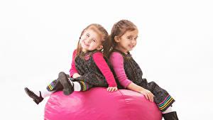 Fotos Weißer hintergrund 2 Kleine Mädchen Sitzen Blick Kinder