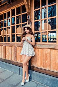 Bilder Asiatische Posiert Kleid Der Hut Blick junge Frauen