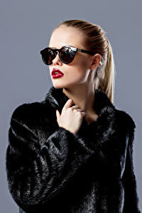 Hintergrundbilder Grauer Hintergrund Braune Haare Pelzmantel Brille Rote Lippen Mädchens