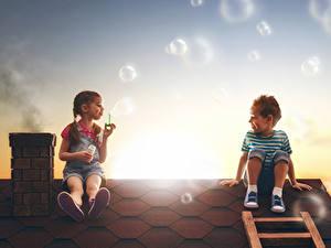Bilder Abend Dach Junge Kleine Mädchen 2 Seifenblasen Sitzend Kinder