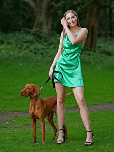 Hintergrundbilder Hunde Pose Lächeln Bein Kleid Jodie Mädchens Tiere