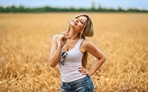 Bilder Georgiy Dyakov Felder Blond Mädchen Pose Lächeln Shorts Unterhemd Brille Irina