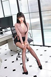Fotos Asiatische Sitzend Bein Rock Bluse Blick Schön Brünette junge Frauen