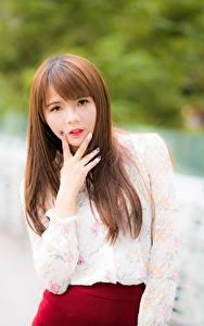 Bilder Finger Asiaten Bokeh Braunhaarige Starren Hand junge Frauen