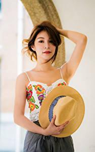 Hintergrundbilder Asiatisches Braunhaarige Der Hut Hand Starren Bokeh Mädchens