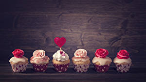 Papéis de parede Dia dos Namorados Confecção Pequeno bolo Rosas Cupcake Tábuas de madeira Coração Alimentos