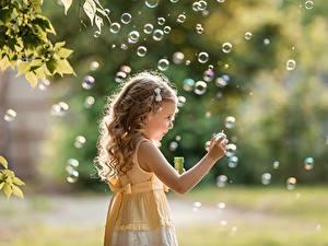 Bilder Seifenblasen Kleine Mädchen Dunkelbraun Hand Bokeh George Dyakov Kinder