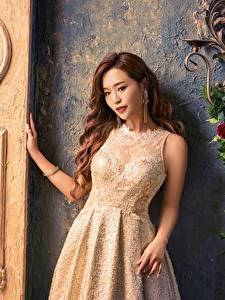 Bilder Asiatische Rose Braunhaarige Kleid Hand Blick
