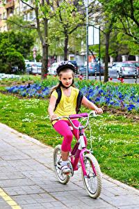 Fotos Kleine Mädchen Zwei Fahrräder Bewegung Helm