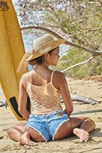 Fotos Strände Ast Sand Sitzt Hinten Rücken Shorts Bein Gesäß junge frau