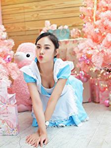 Bilder Asiaten Uniform Dienstmädchen Weihnachtsbaum Schachtel Geschenke Mädchens