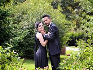 Fotos Paare in der Liebe Mann Zwei Brünette Lächeln Anzug Kleid junge frau