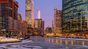 Bilder Vereinigte Staaten Gebäude Flusse Abend Winter Chicago Stadt Eis Straßenlaterne Städte