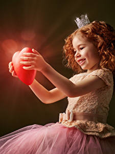 Hintergrundbilder Valentinstag Krone Kleine Mädchen Rotschopf Herz Kleid Lächeln Lichtstrahl kind