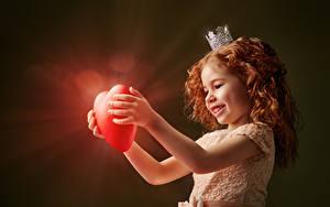 Fonds d'écran Saint-Valentin Couronne Petites filles Roux Petites filles Cœur Les robes Sourire Rayons de lumière enfant