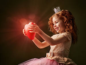 Fonds d'écran Saint-Valentin Couronne Petites filles Roux Petites filles Cœur Les robes Sourire Rayons de lumière Enfants
