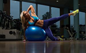 Fotos Fitness Blondine Ball Uniform Bein Sportschuhe Sport Mädchens