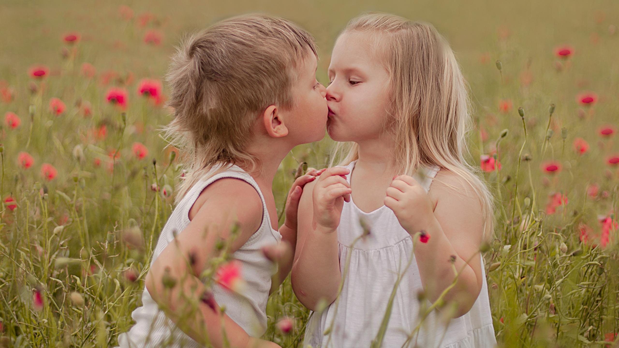 2 mädchen küssen sich