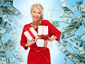 Hintergrundbilder Papiergeld Dollars Blondine Lächeln Geschenke Starren Kleid