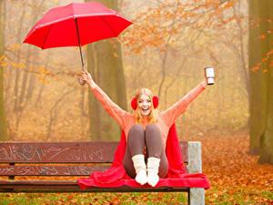 Hintergrundbilder Herbst Blondine Kopfhörer Regenschirm Sweatshirt Sitzend Lächeln Bank (Möbel) Mädchens