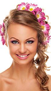 Hintergrundbilder Chrysanthemen Weißer hintergrund Braunhaarige Gesicht Lächeln Make Up Schön junge Frauen
