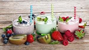 Bilder Cocktail Erdbeeren Heidelbeeren Himbeeren Chinesische Stachelbeere Bretter Drei 3 Trinkglas Lebensmittel
