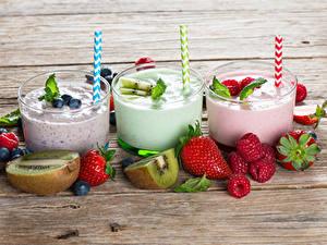 Bilder Cocktail Erdbeeren Heidelbeeren Himbeeren Chinesische Stachelbeere Bretter Drei 3 Trinkglas