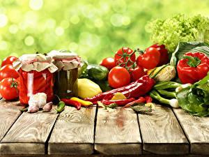 Fotos Gemüse Tomate Peperone Knoblauch Chili Pfeffer Bretter Weckglas Lebensmittel