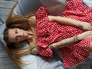Fotos Posiert Model Hand Haar Frisuren Liegt Kleid Veronika Wonka Mädchens