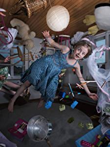 Hintergrundbilder Kreative Spielzeug Kleine Mädchen Kleid Flug Zimmer Kinder Humor