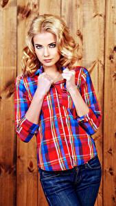 Fotos Bretter Blond Mädchen Hemd Hand Blick Mädchens
