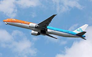 Hintergrundbilder Boeing Flugzeuge Verkehrsflugzeug Flug KLM Orange livery b777
