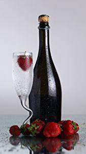 Hintergrundbilder Getränke Erdbeeren Flaschen Weinglas Tropfen Lebensmittel
