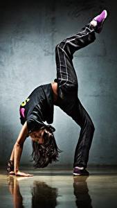 Fotos Gymnastik Braune Haare Bein Lächeln Mädchens