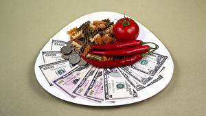 Hintergrundbilder Dollars Papiergeld Geld Tomate Münze Chili Pfeffer Teller Farbigen hintergrund Makkaroni
